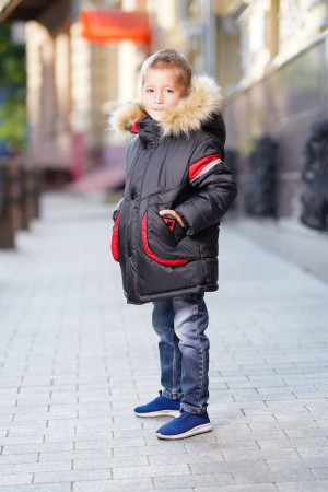 Зимняя куртка для мальчиков с капюшоном и красными вставками